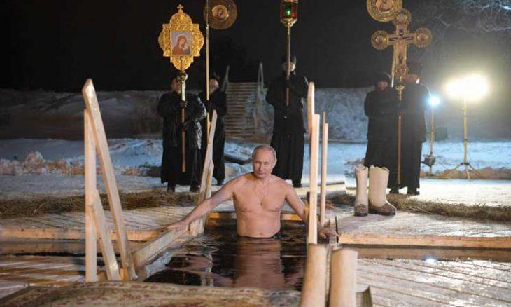 """بوتين يتعمد في """"نهر الأردن"""" في موسكو في عيد الغطاس الأرثوذكسي- (فيديو)"""