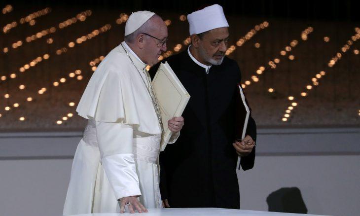 شيخ الأزهر يدعو المسلمين إلى حماية المسيحيين
