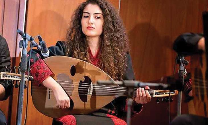 52254960a0f1d نور أبو ريّا  الموسيقى فسحة أمل وسعادة للأطفال في أجواء المخيم البائسة