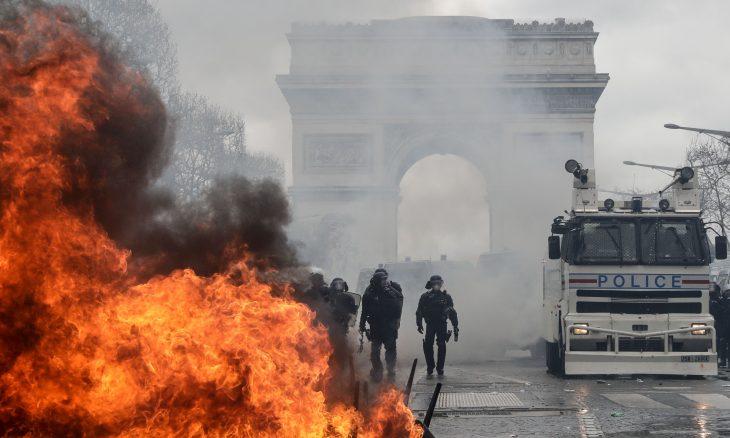 """حرق ونهب محلات وصدامات عنيفة بين """"سترات صفراء"""" والأمن في باريس ـ (صور وفيديوهات)"""