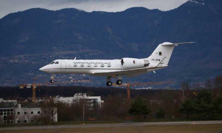 طائرة بوتفليقة تصل العاصمة الجزائرية… والأمن ينتشر بالطريق بين مطار بوفاريك والقصر الرئاسي ـ (صور وفيديوهات)