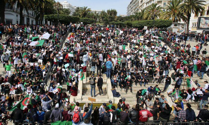 فايننشال تايمز: الاحتجاجات الجزائرية درس في المقاومة من أجل الديمقراطية