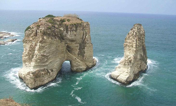 صخرة الروشة أيقونة بحر بيروت
