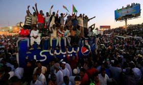 المجلس العسكري يدعو المحتجين السودانيين إلى رفع الحواجز وقمة إفريقية الثلاثاء