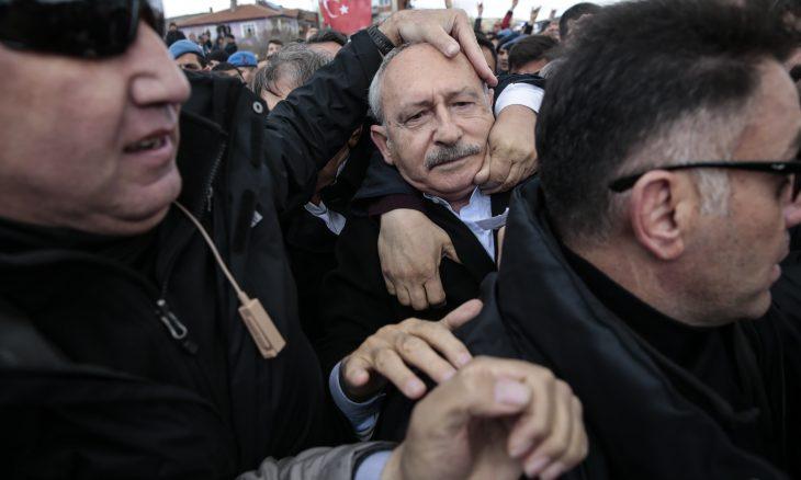 تعرض زعيم حزب تركي معارض لاعتداء أثناء جنازة جندي ـ (صور وفيديو)
