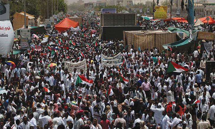 السودان: تظاهرات ضخمة تطالب بتسليم السلطة لحكومة مدنية