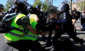 اشتباكات عنيفة بين الشرطة وبعض محتجي السترات الصفراء في باريس