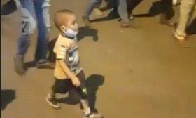 طفل يشعل ميدان الاعتصام بالخرطوم