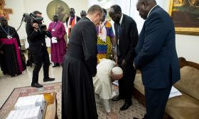البابا يقبل أقدام زعماء جنوب السودان- (فيديو)