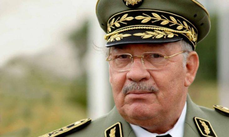 لوفيغارو: قايد صالح يحاول إنقاذ رأسه من خلال قطع رؤوس حاشية بوتفليقة