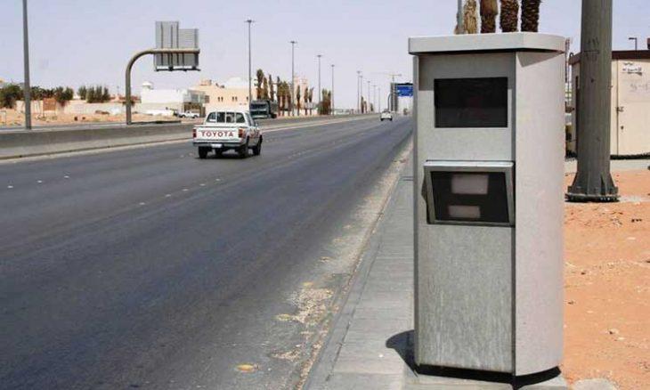 الشرطة السعودية تلاحق شخصاً أطلق النار على كاميرا مرورية- (فيديو)