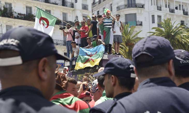 تونس ومصر الأبيض والأسود… دروس النجاح والفشل