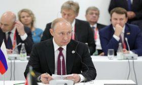 "بوتين: سياسة ميركل بشأن اللاجئين كانت ""خطأ جوهريا"""
