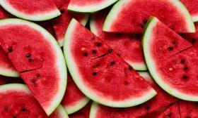 """""""عروس الفواكه الصيفية"""": كيف تميز البطيخ الجيد من السيئ؟"""