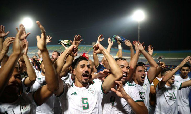 """اتحاد الكرة الجزائري يتعهد بتوزيع جائزة """"الكاف"""" على اللاعبين"""