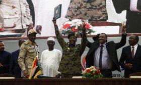 """السودان: """"العسكري"""" و""""الحرية والتغيير"""" يوقعان اتفاقا تاريخيا يمهد للانتقال إلى حكم مدني"""