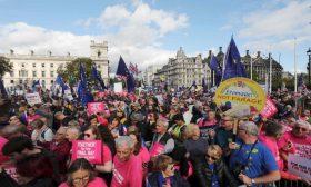 الآلاف يشاركون في مسيرة بلندن للمطالبة بإجراء استفتاء جديد على بريكست – (صور)