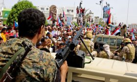 مصادر: السعودية تتولى السيطرة على عدن لإنهاء أزمة بين حليفيها في اليمن
