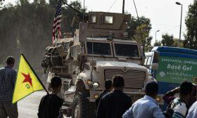 أكراد سوريون يقذفون قوات الجيش الأمريكي المنسحبة بالحجارة