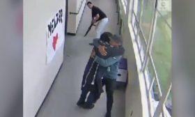 عناق يمنع طالبا من الانتحار بسلاح ناري في مدرسة أمريكية