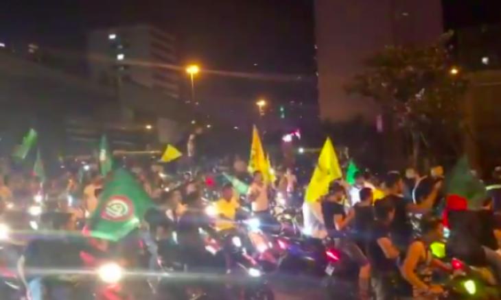 الجيش اللبناني يتصدى لعناصر من حزب الله وحركة أمل حاولوا اقتحام ساحة التظاهر على دراجاتهم النارية- (شاهد)