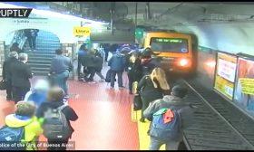 امرأة تنجو من الموت بأعجوبة بعد أن سقطت أمام قطار