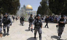 الشرطة الإسرائيلية تقتحم المسجد الأقصى بعد صلاة الفجر وتعتقل 13 فلسطينيا في القدس – (فيديوهات)