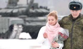 """ضابط روسي يطلب حبيبته للزواج مع دبابات على """"شكل قلب""""- (فيديو)"""