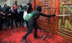 متظاهرون بالمكسيك يلطخون جدران قصر الرئاسة بالأحمر احتجاجا على قتل النساء