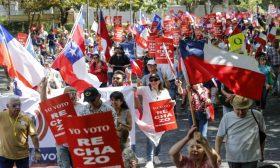 تظاهرات مؤيدة ومناهضة لاعتماد دستور جديد في تشيلي