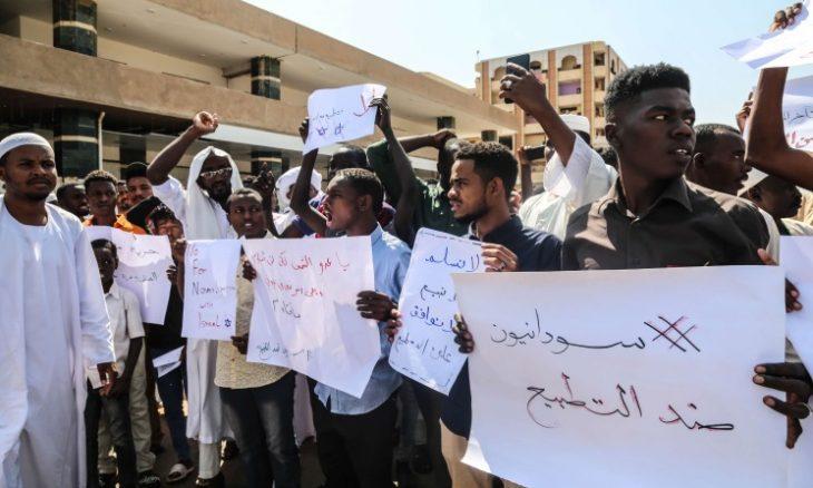 سودانيون يتظاهرون في الخرطوم تنديدا بلقاء البرهان ونتنياهو- (صور وفيديوهات)