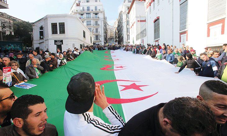 الجزائر: الحراك يستعد للاحتفال بعامه الأول والسلطة تحاول تفكيك ألغام العهد السابق تدريجيا