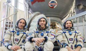 ثلاثة رواد سينطلقون إلى الفضاء دونتوديع أحبتهم