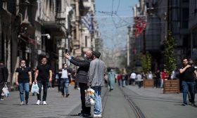 الحياة تعود للمراكز التجارية وصالونات الحلاقة في تركيا في أوسع إجراء منذ بدء انتشار الوباء