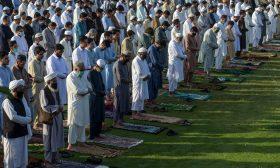 المسلمون حول العالم يؤدون صلاة العيد الأولى في زمن كورونا
