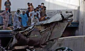 97 قتيلاً وناجيان جراء تحطّم طائرة فوق حي سكني في باكستان