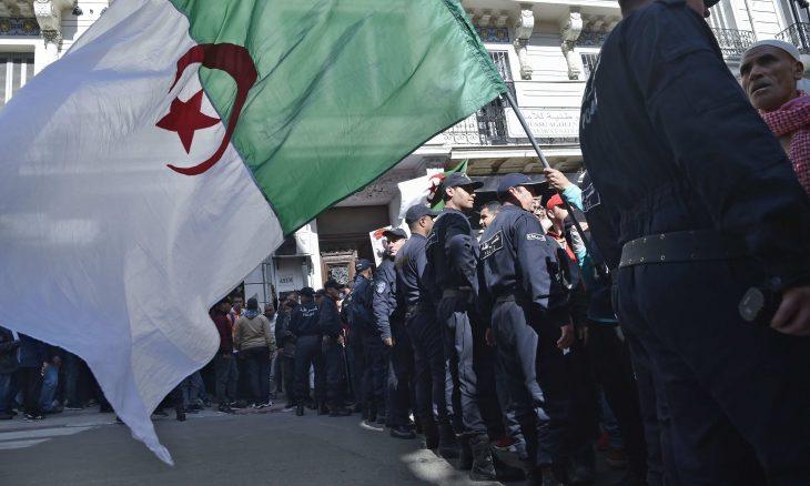 لوبوان: النظام الجزائري يتبع دبلوماسية السخط مستغلا بعض الظروف الخاصة