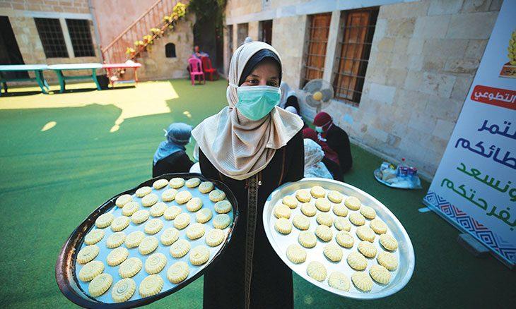 لرسم البسمة في غزة شابات يصنعن كعك العيد