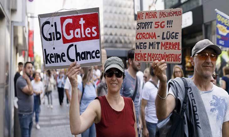 في ألمانيا… عنصرية وتمر وغناء وكورونا