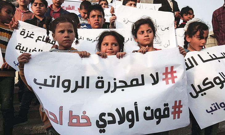غزة: تأخر صرف الرواتب يلقي بثقله على كاهل موظفي السلطة