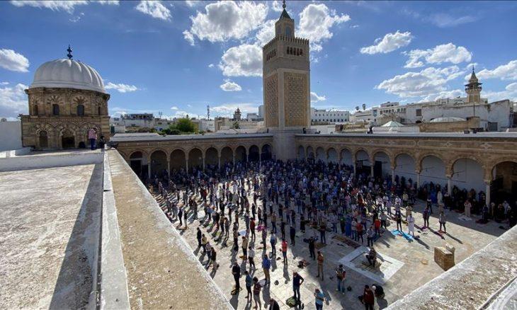 """تونس.. المئات يحتاطون من """"كورونا"""" ويصلون العيد بـ""""الزيتونة"""""""