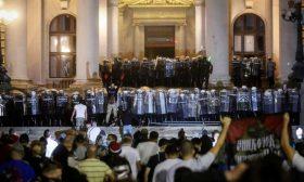 اعتقال العشرات في بلغراد بعد اقتحام محتجين للبرلمان الصربي