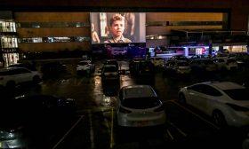 كولومبيون يشاهدون فيلما سينمائيا من سياراتهم بسبب كورونا