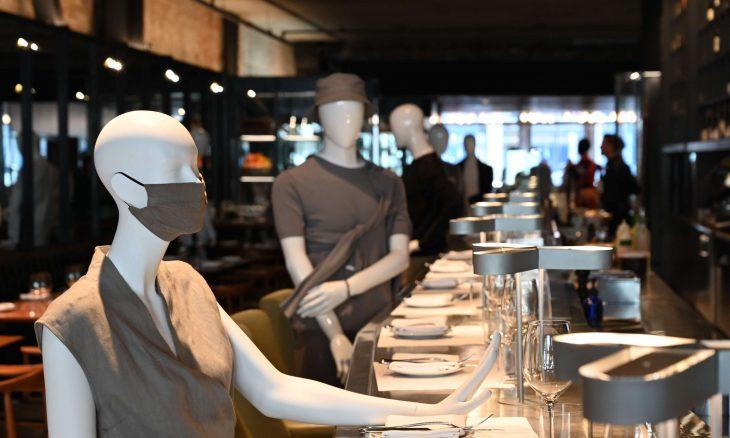 مطعم كندي يحقق التباعد الجسدي عبر تماثيل لعرض الملابس – (شاهد)