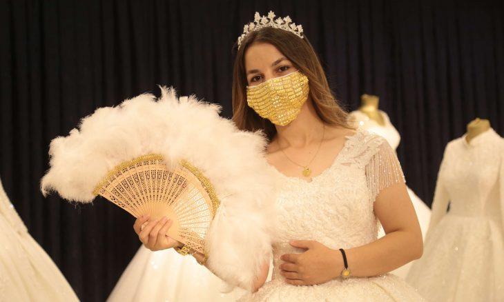 في تركيا.. كمامات مطرزة بالذهب للعرائس – (صور)