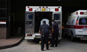 """الارتفاع الخطير بعدد الإصابات والوفيات بفيروس كورونا يدفع الولايات المتحدة نحو """"الهاوية المميتة"""""""