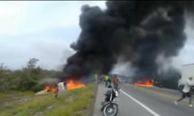 لحظة انفجار شاحنة لنقل البنزين أدى إلى عشرات الوفيات والإصابات – (شاهد)