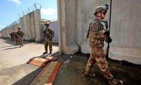 مسلحون يضرمون النيران بشاحنات عراقية تحمل بضائع لإحدى القواعد الأمريكية