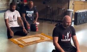 تايسون يؤدي الصلاة مع بطلي العالم للملاكمة والكيك بوكسينغ- (فيديوهات)