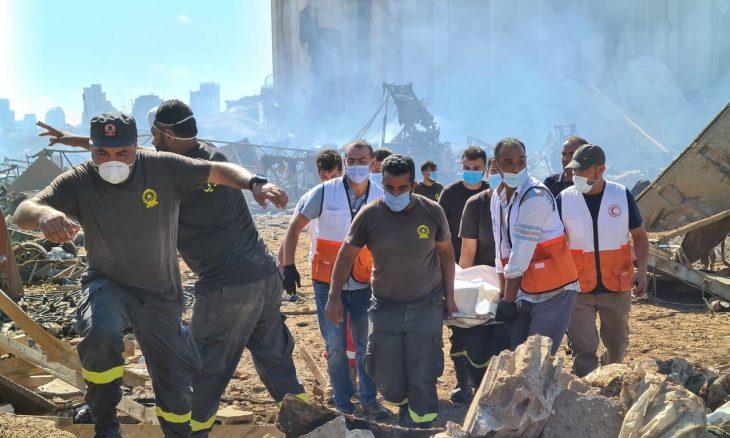الفلسطينيون في لبنان يساهمون في إنقاذ المنكوبين والمصابين بعد كارثة انفجار مرفأ بيروت ـ (صور)